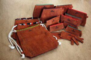 : Eine Auswahl der Produkte, die im Projekt Njagala gefertigt werden: Taschen, Turnbeutel und Federmäppchen.
